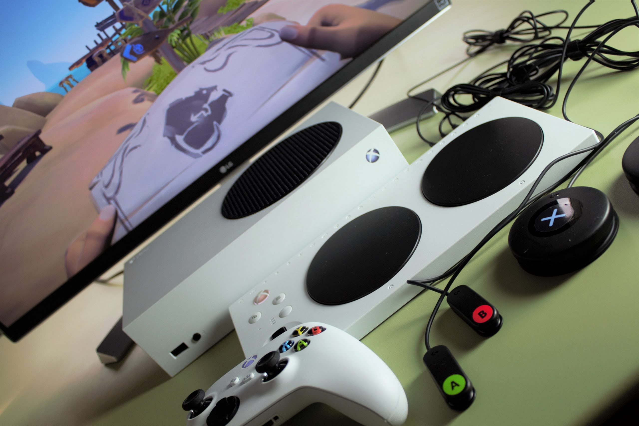 Photo showing a screen with Sea of Thieves, an Xbox Series S, an XAC, astandard controller and Logitech switches.
